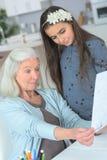 Mostrando a nonna il disegno fotografia stock