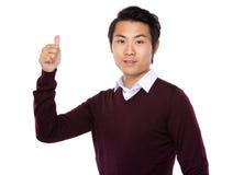 Mostrando a pulgar el hombre de negocios asiático joven imágenes de archivo libres de regalías