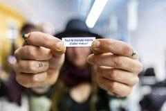 Mostrando un messaggio speciale ha trovato in un biscotto cinese fotografia stock libera da diritti
