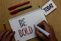 Mostrar conceptual da escrita da mão seja corajoso Apresentar da foto do negócio vai para ele fixa-o você mesmo em vez apenas de  foto de stock