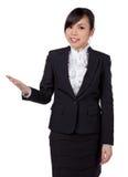 Mostrar da mulher de negócio/que guarda sobre o espaço ov da cópia da placa da palma imagem de stock