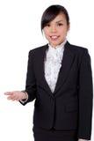 Mostrar da mulher de negócio/que guarda sobre o espaço ov da cópia da placa da palma foto de stock