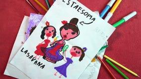 Mostrar dibujos del niño en fondo rosado con muchos lápices y el marcador FDV