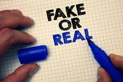 Mostrar do sinal do texto falsificado ou real Foto conceptual que verifica se os produtos são originais ou não verificando a impo foto de stock