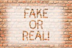 Mostrar do sinal do texto falsificado ou real Foto conceptual que verifica se os produtos são originais ou não verificando a pare ilustração do vetor