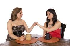 Mostrar el anillo de compromiso al amigo Foto de archivo libre de regalías