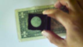 Mostrar el ojo de una lupa de Bill With A del dólar almacen de video