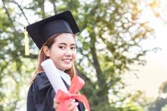Mostrar feliz do graduado da mulher habilitado Imagens de Stock