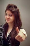 Mostrar indiano da menina polegares acima imagem de stock