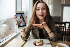 Mostrar la foto usando el teléfono Fotografía de archivo
