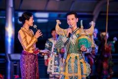 Mostrar la pantomima tailandesa Khon en el skywalk de Sathorn Narathiwas foto de archivo