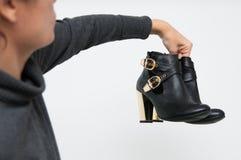Mostrar los nuevos zapatos fotografía de archivo libre de regalías