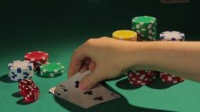 Mostrar mais fraco abaixo dos cartões maus, jogador blefando detectado, admitindo a falha video estoque