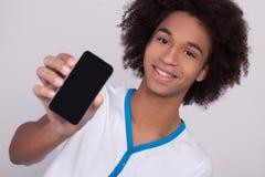 Mostrar su nuevo teléfono móvil. Foto de archivo libre de regalías