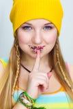 Mostras adolescentes de sorriso felizes um SILÊNCIO do sinal Fotografia de Stock