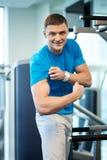 Mostras alegres do indivíduo que inflam os músculos Fotos de Stock