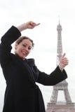 Mostras da mulher com mãos como torre Eiffel elevada fotografia de stock royalty free