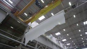 Mostras moventes da câmera que meandram a fibra na loja da fábrica filme