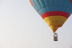 Mostre em silhueta a aterrissagem do balão de ar quente com muitos povos Imagem de Stock Royalty Free