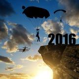 Mostre em silhueta a aterrissagem do paraquedista do skydiver dentro ao ano novo 2016 Imagens de Stock