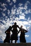 Mostre em silhueta atrás de três reis Monumento no centro de Chiang M Imagem de Stock