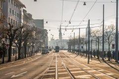Mostre em silhueta a baixa do centro da cidade de Zurique no dia ensolarado do inverno Imagem de Stock