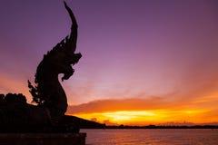 Mostre em silhueta a cabeça da grande estátua do Naga em Tailândia Foto de Stock