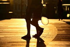 Mostre em silhueta a corrida de dois pares de pés na luz solar clara traseira Fotos de Stock Royalty Free