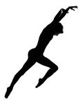 Mostre em silhueta a dança moderna do dançarino da mulher que salta exercitando o worko Foto de Stock