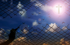 Mostre em silhueta a mão com as tesouras que cortam a rede com fundo do céu, f Imagens de Stock Royalty Free