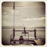 Mostre em silhueta o céu da água das chaves de Florida da menina pequena - doca - verão imagem de stock