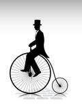 Mostre em silhueta o cavalheiro o ciclista pela bicicleta velha ilustração royalty free