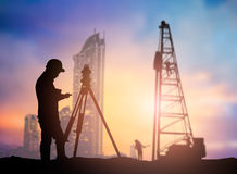 Mostre em silhueta o coordenador da avaliação que trabalha em um terreno de construção sobre Blurr Fotografia de Stock