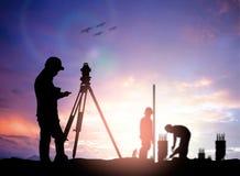 Mostre em silhueta o coordenador da avaliação que trabalha em um terreno de construção sobre o borrão Imagem de Stock Royalty Free