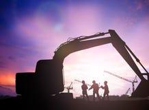 Mostre em silhueta o coordenador em um terreno de construção sobre o constructio borrado Fotos de Stock Royalty Free