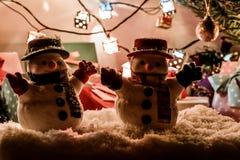 Mostre em silhueta o homem da neve com o ornamento, o presente atual, a espera Santa Claus no Feliz Natal e a noite do ano novo f Imagens de Stock