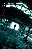 Mostre em silhueta o homem no lugar arruinado Fotografia de Stock
