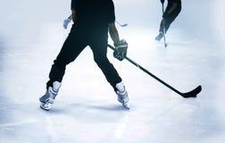 Mostre em silhueta o jogo de hóquei em gelo do tiro no jogo da estação do inverno Imagens de Stock