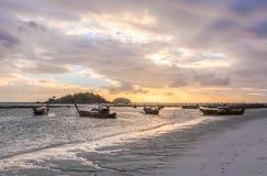 Mostre em silhueta o nascer do sol e o barco na ilha de Lipe da praia do nascer do sol, Sat Fotos de Stock Royalty Free