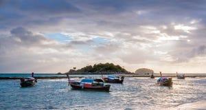 Mostre em silhueta o nascer do sol e o barco na ilha de Lipe da praia do nascer do sol, Sat Fotos de Stock