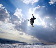 Mostre em silhueta o snowboarder no céu Foto de Stock Royalty Free