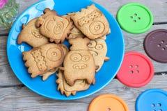 Mostri dei biscotti su un piatto blu Fotografia Stock Libera da Diritti