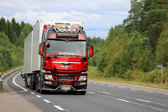 Mostri l'UOMO TGX del camion sulla strada rurale Immagine Stock Libera da Diritti