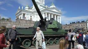 Mostri le armi moderne delle forze di difesa finlandesi in onore del 100th anniversario sul quadrato del senato a Helsinki stock footage
