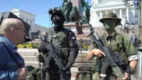 Mostri le armi moderne delle forze di difesa finlandesi in onore del 100th anniversario sul quadrato del senato a Helsinki video d archivio