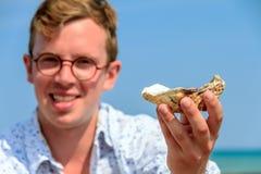 Mostrimi l'ostrica Fotografia Stock Libera da Diritti