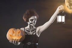 Mostro della donna Trucco scuro creativo, idea concettuale per Halloween La tornitura sinistra in un vampiro nero, volume di incu fotografie stock libere da diritti