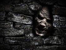 Mostro dietro la parete Immagine Stock