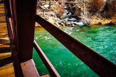 Mosty Zielenieją rzeka strumienie obrazy stock