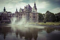 MOSZNA, POLEN - 4. JUNI 2017: Das Moszna-Schloss ist ein historisches Stockbild